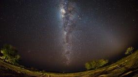 De duidelijke omwenteling van een outstandingly heldere Melkweg stock footage