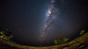 De duidelijke omwenteling van een outstandingly heldere Melkweg stock video