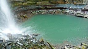 De duikpool van de waterval royalty-vrije stock foto's