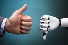 De Duim van Businesspersonand robot showing omhoog en Duim Benedenteken royalty-vrije stock fotografie