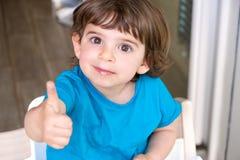 De duim van de gebaargoedkeuring op baby pasgeboren die kind door kinderen wordt goedgekeurd royalty-vrije stock afbeelding