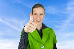 De duimen ondertekenen omhoog over blauwe hemel. Royalty-vrije Stock Fotografie