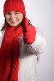 De Duimen van de vrouw omhoog in de Kleren van de Winter Stock Foto