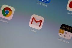 De duimnagel/het embleem van de Gmailtoepassing op een iPadlucht Royalty-vrije Stock Foto's