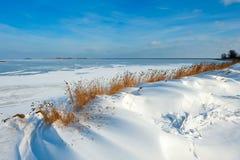 De duinen van de sneeuw bij een meer in de Winter royalty-vrije stock afbeeldingen