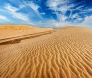 De duinen van het woestijnzand op zonsopgang Stock Foto