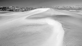De duinen van het woestijnzand in Zwart-witte no3 Stock Afbeeldingen