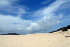 De duinen van het zand en blauwe hemel Stock Fotografie