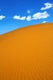 De duinen van het zand en cumuluswolken Stock Foto