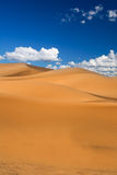 De duinen van het zand en cumuluswolken royalty-vrije stock fotografie