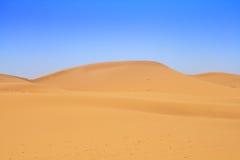 De duinen van het zand en mooie wolkenloze hemel stock afbeeldingen