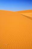 De duinen van het zand en wolkenloze blauwe hemel Stock Fotografie