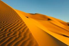 De Duinen van het zand - het Overzees van het Zand Awbari - de Sahara Stock Afbeeldingen