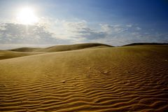 De duinen van het zand met blauwe hemel Stock Afbeelding