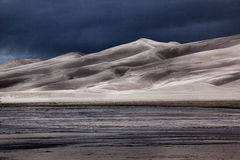 De Duinen van het zand met het Naderen van Onweer Royalty-vrije Stock Fotografie