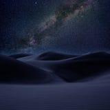 De duinenzand van de woestijn in de melkachtige nacht van maniersterren Stock Afbeeldingen