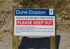 De duinerosie houdt Waarschuwingsbord weg stock foto's
