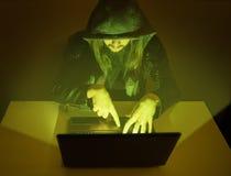 De duistere misdadige mens probeert om het systeem te binnendringen in een beveiligd computersysteem stock foto