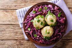 De Duitse bollen van de voedsel knodel aardappel en gestoofde rode kool dicht royalty-vrije stock foto's