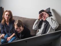 De Duitse familie let op het voetbal van de voetbalwereldbeker op TV royalty-vrije stock fotografie