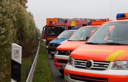 De Duitse hulpdienstauto's bevindt zich op een rij Stock Foto