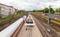 De Duitse interlokale uitdrukkelijke ijs-trein van Deutsche Bahn, komt bij het station van Hamburg aan Stock Fotografie