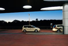 De Duitse Internationale Luchthaven van Frankfurt van de Taxiauto Royalty-vrije Stock Foto's