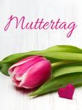 De Duitse kaart van de Moeder` s dag met van de de Moeder` s dag van woordmuttertag de tulp en de harten Stock Fotografie