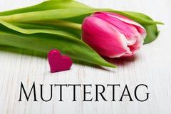 De Duitse kaart van de Moeder` s dag met van de de Moeder` s dag van woordmuttertag de tulp en de harten Royalty-vrije Stock Foto