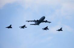De Duitse militaire vliegtuigen en de aanvalsstralen op de lucht van Berlijn tonen Royalty-vrije Stock Foto's