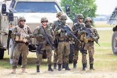 De Duitse militairen bevindt zich dichtbij militaire voertuigen stock fotografie
