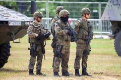 De Duitse militairen bevindt zich dichtbij militaire voertuigen royalty-vrije stock afbeelding