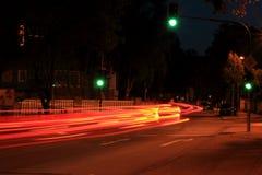 De Duitse straat van de nachtstad met groen verkeerslicht Stock Afbeeldingen