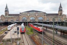 De Duitse treinen van Deutsche Bahn, komt bij het station van Hamburg in juni 2014 aan Stock Fotografie