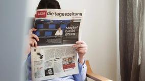 De Duitse verkiezing van de matrijzen tageszeitung krant in de vrouwenlezing van Duitsland stock footage