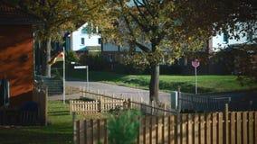 De Duitse vlag in het dorp stock videobeelden