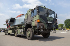 De Duitse vrachtwagen van de legermens GL met een gedemonteerd Panavia-Tornadovliegtuig Royalty-vrije Stock Foto's