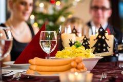 De Duitse worsten van het Kerstmisdiner en aardappelsalade Stock Foto
