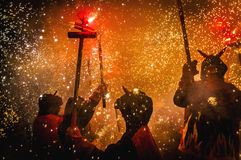 De duivels dansen Groep op prestaties Firerun Stock Foto