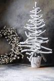 De duiven van de de boomkandelaar van de Kerstmiskroon op een donkergrijze achtergrond met scheidingen Stock Foto's