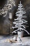 De duiven van de de boomkandelaar van de Kerstmiskroon op een donkergrijze achtergrond met scheidingen Royalty-vrije Stock Foto's