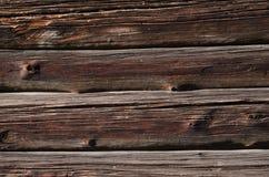 de dunne donkere oude houten raad met lichte vlekken, wordt horizontaal geschikt Stock Foto's