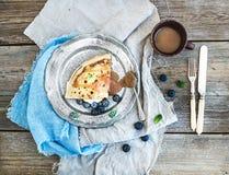 De dunne pannekoek of omfloerst met verse bosbes, room Royalty-vrije Stock Foto