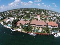 De dure huizen van de waterkant in de antenne van Florida Stock Foto's