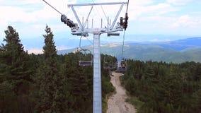 De duur van de wegvlieg weg hoog in de bergen stock video