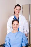 De duwende patiënt van de arts op rolstoel Royalty-vrije Stock Fotografie