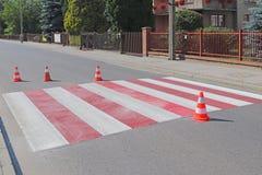 De dwars-verfraaide voetgangersoversteekplaats met het nog uitgedroogde niet rood Beperking van verkeer door verkeersteken Het me royalty-vrije stock afbeelding