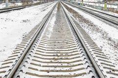 De dwarsbalken weg sneeuw van spoorwegsporen in de winter stock afbeeldingen