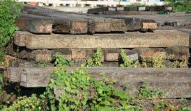 De dwarsbalkspoorweg dit is oud hout Royalty-vrije Stock Foto's