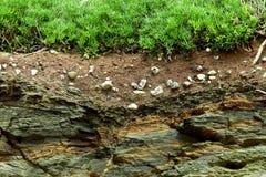 De dwarsdoorsnede van de aarde neer aan rots Stock Fotografie